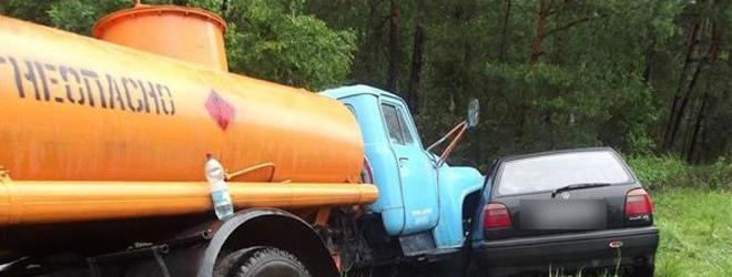 Легковушка столкнулась сбензовозом вСолигорском районе