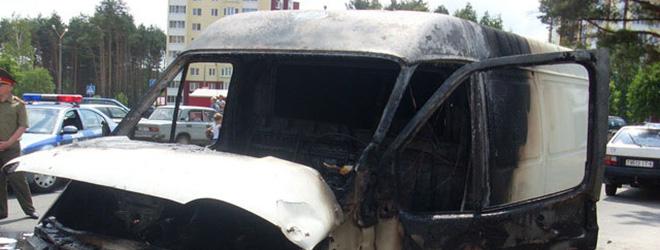 Сгоревший микроавтобус третий месяц захламляет парковку